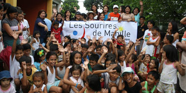 lessourires de manille celebrating with kids